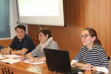 El cap d'Habitatge de l'Ajuntament, Josep Gomis (esquerra); l'alcaldessa, Laura Campos; i Paula Martí, de la cooperativa Celobert