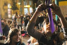 Infants van participar en la penjada de llaços lila
