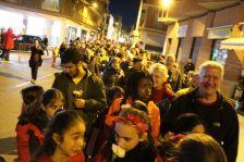 Persones esperant a dipositar el clavell blanc al monòlit en record a les víctimes